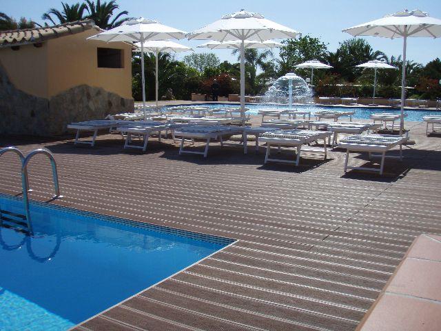 Pavimenti per piscine belli e resistenti con il legno wpc - Pavimenti bordo piscina in legno ...